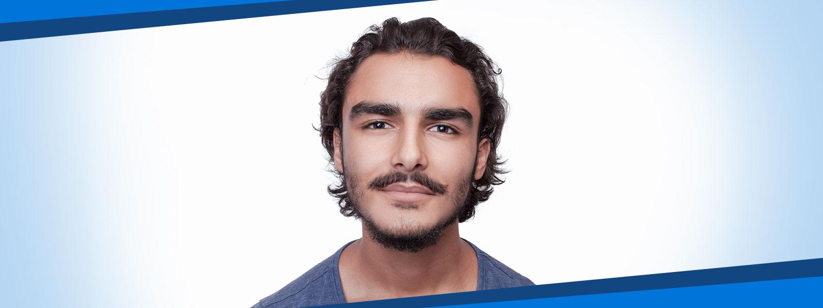 homme aux cheveux brun et à la moustache