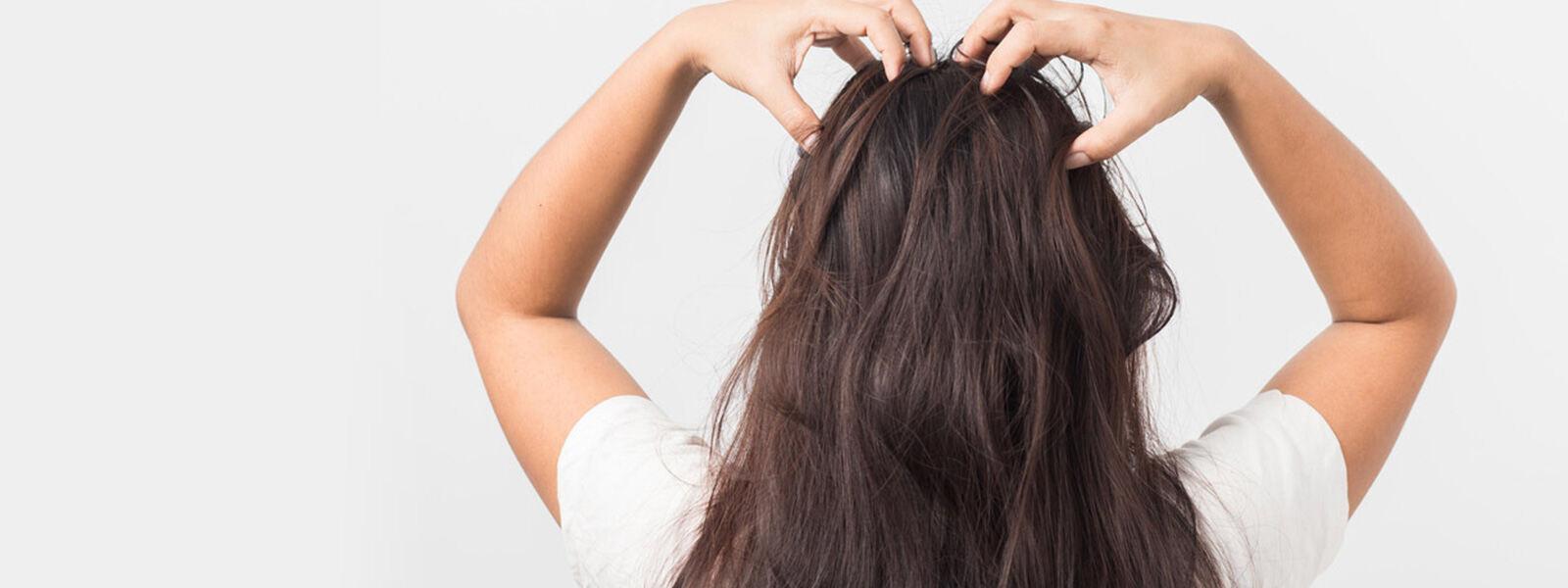 femme brunette posant ses mains sur le haut de sa tête