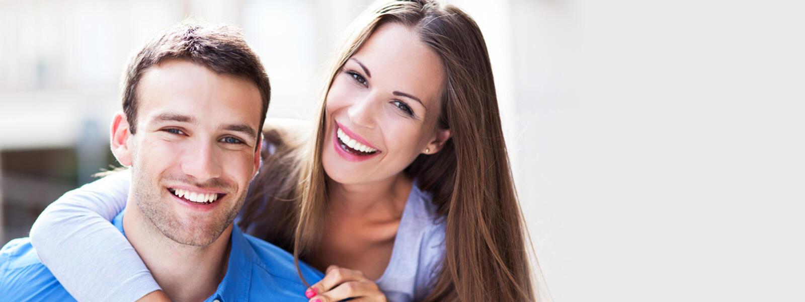 femme enlaçant un homme vêtu d'une chemise bleue