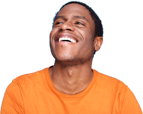 homme souriant qui regarde vers le haut