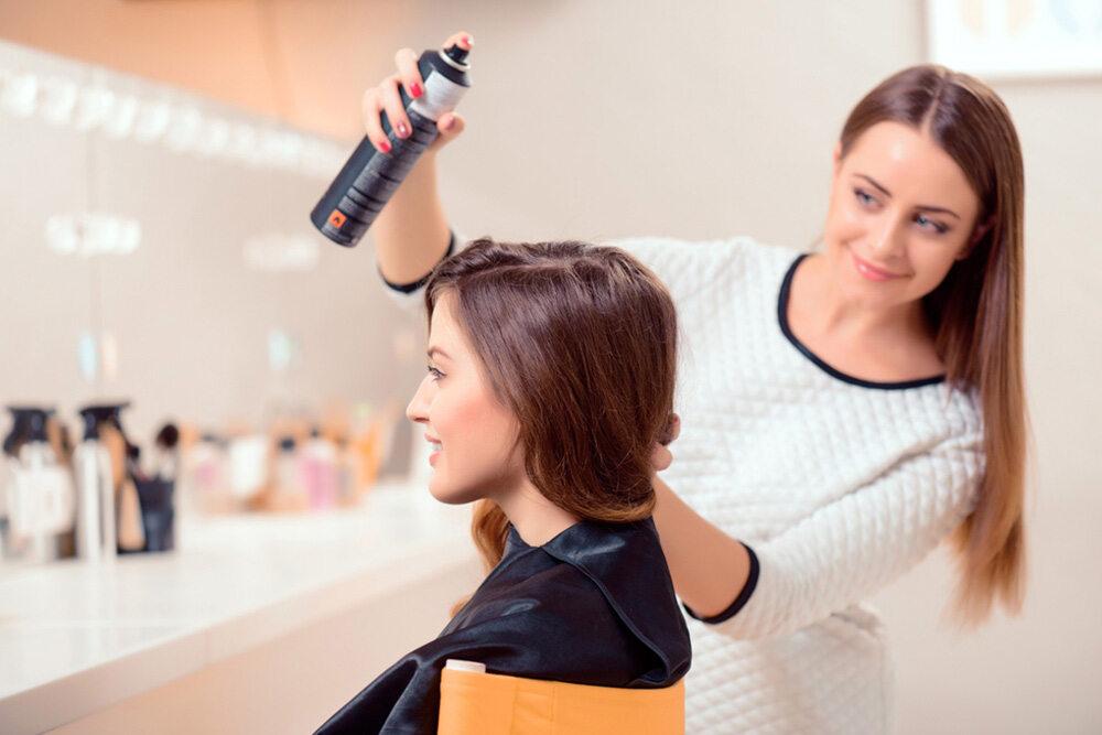 femme coiffant les cheveux d'une autre femme