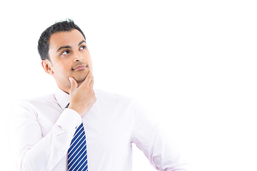 homme en chemise et cravate bleue qui pense aux mythes sur la perte de cheveux