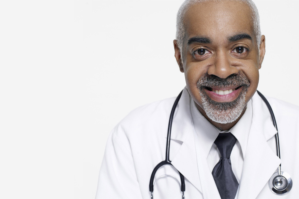 médecin portant une cravate noire avec un stéthoscope autour du cou