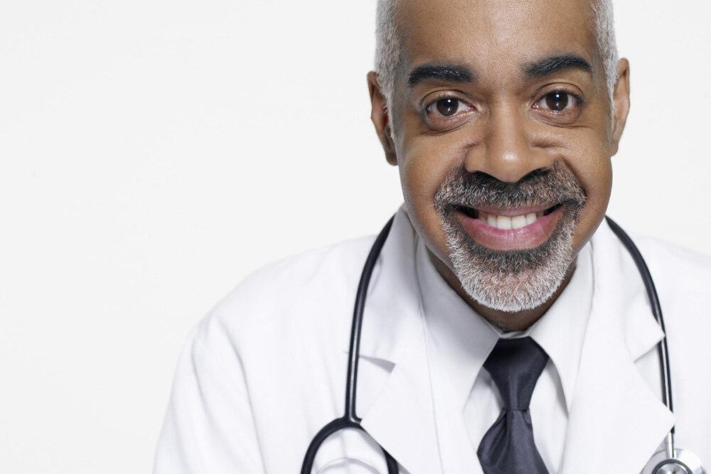 médecin avec un stéthoscope autour du cou